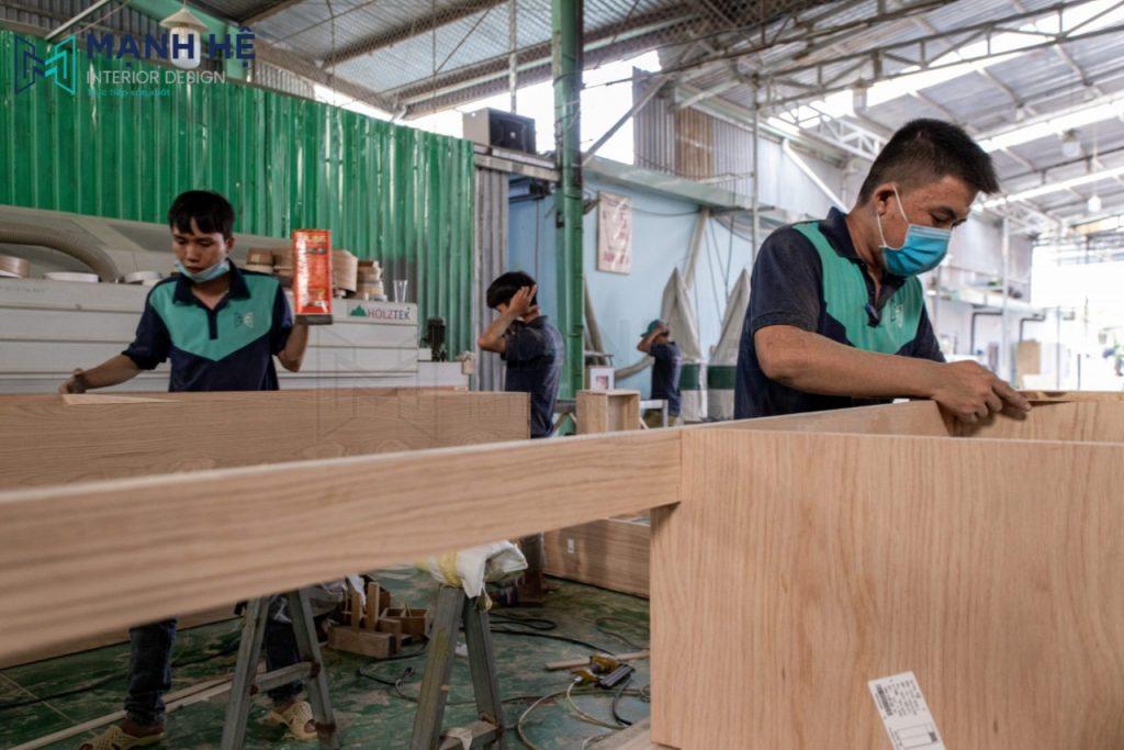 nhân viên sử dụng chất gỗ cao cấp