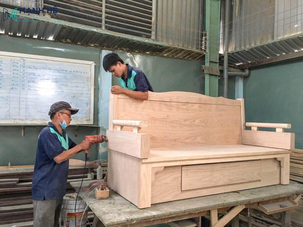 nhân viên Mạnh Hệ sử dụng gỗ tự nhiên hoàn thiện sản phẩm
